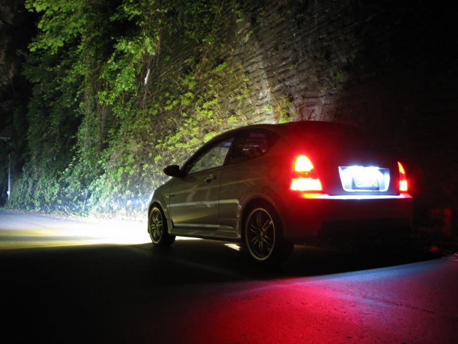 Phare xenon de nuit sur une automobile